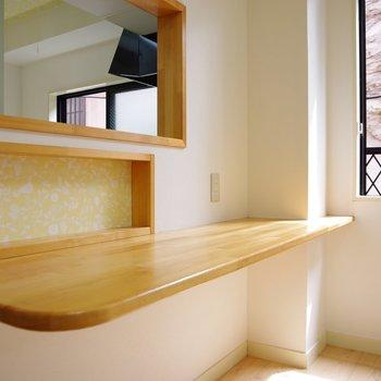 カウンターのちょっとした棚が可愛いぞ。ここにも小さなインテリアを置きたい