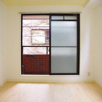 6帖の洋室。窓からは緑が見えるんです。
