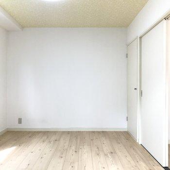床はフロアタイル。カーペットを敷きたいな。