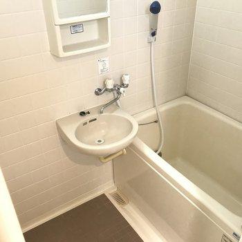 2点ユニットバス。一人が洗面台使っててもこっちもあるんで大丈夫!
