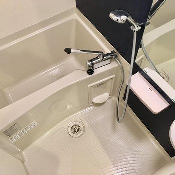 お風呂の壁は紺色です。浴室乾燥機付きは嬉しい。