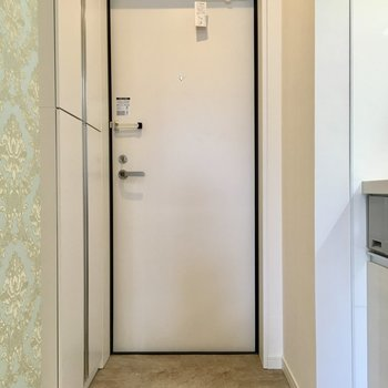 玄関へ。左側にシューズボックス。