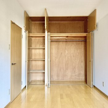 【洋室】収納もしっかりサイズ。オフシーズンのお洋服はまとめて上部に。