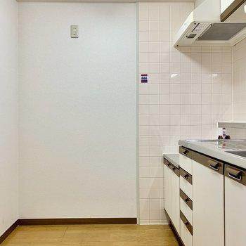 冷蔵庫は奥の壁に寄せて。