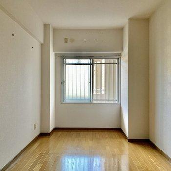 【洋室】約6帖。寝室にしてもゆとりのある広さ。