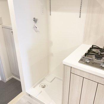 洗濯機置き場の上に棚があります