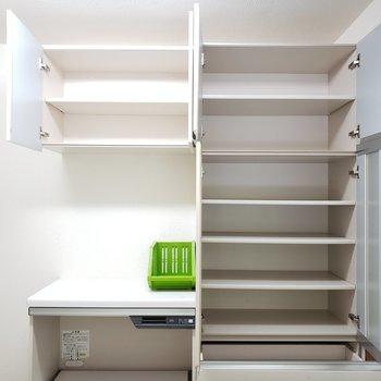 キッチン後ろにこんなに収納スペースが確保されているなんて・・♡