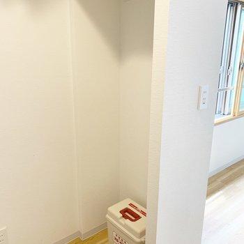 キッチンの向かいに冷蔵庫置き場があります!避難グッズもありました