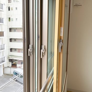 3重の窓...閉め切ると部屋の中はシーーーーンとなります