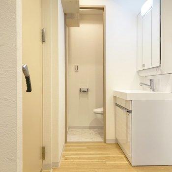 廊下部分に洗面台があります