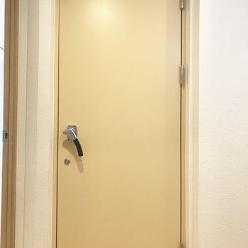 お待たせしました〜!この重厚な扉の先には...