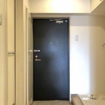 ネイビーが締まった印象の玄関。(※写真は清掃前です)