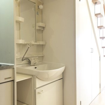 洗面台はキッチンの横に。(※写真は清掃前です)