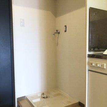 洗濯機は入口入ってすぐのところに置き場があります。(※写真は清掃前です)