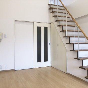 おや、階段下に見たことある収納・・・