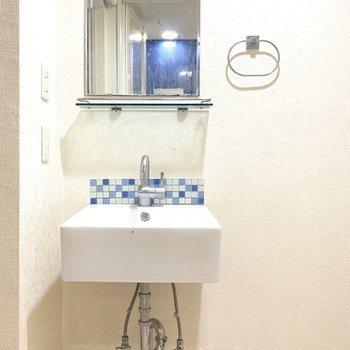 お掃除も簡単に済みそうなコンパクト洗面台。(※写真は清掃前のものです)