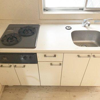 コンロは2口、調理スペースもしっかりと○(※写真は清掃前のものです)