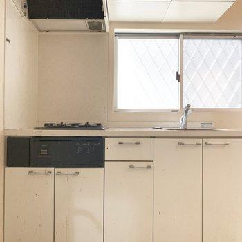 収納たくさん、右横には冷蔵庫スペース。(※写真は清掃前のものです)