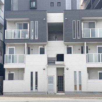白とグレーのモダンな建物。