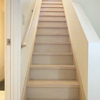 手すりのついた階段で1階へ。(※写真は清掃前のものです)