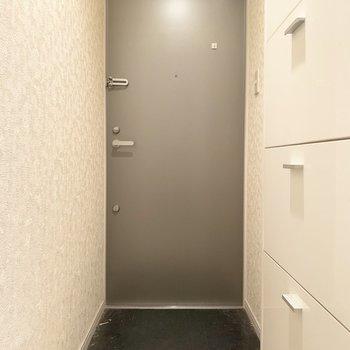 玄関はモノトーンでシックな感じ。(※写真は清掃前のものです)