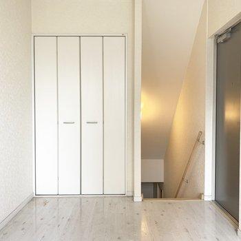 白を基調としたお部屋なのでインテリアの幅も広がるなあ。(※写真は清掃前のものです)