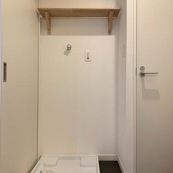洗濯機はトイレのお隣。トイレは扉付きでしっかり個室です!