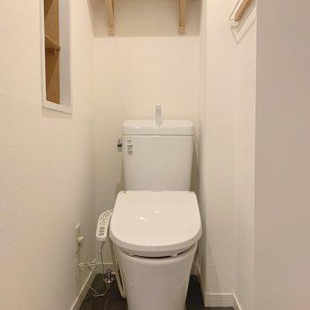 トイレにも収納が充実!ウォシュレットまでついているのです!