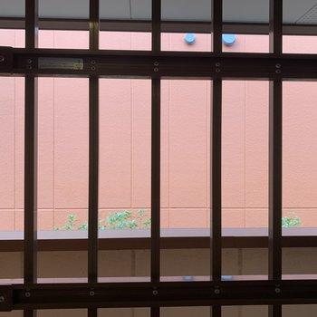 キッチン横の窓の外は共用部がみえます