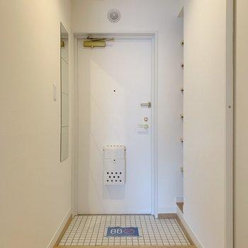 玄関はさわやかな白タイル!鏡もあります〜