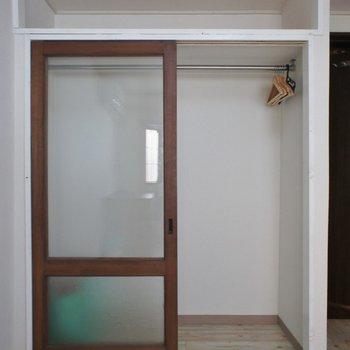 収納のドアがガラス張り。