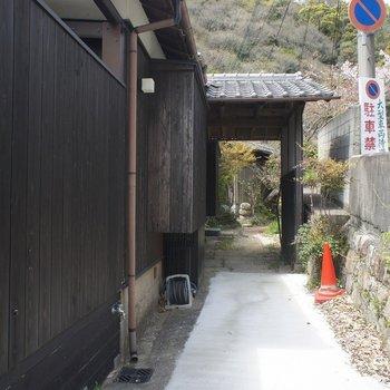 玄関へ続く道。