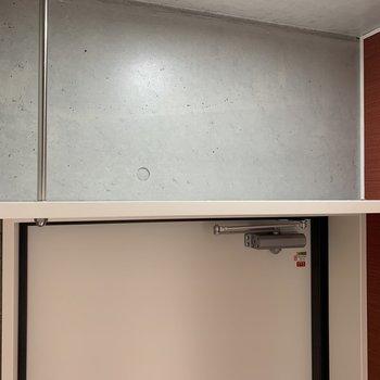 ドアの上にも収納スペースがあり、便利ですね!