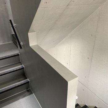建物の中の階段もおしゃれですね。