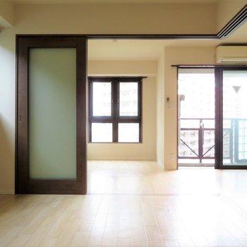 出窓もあり、部屋全体が明るい印象。(※写真は7階の同間取り別部屋のものです)