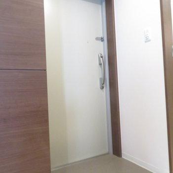 玄関は普通ですがシューズボックスはたくさん(※写真は7階の同間取り別部屋のものです)
