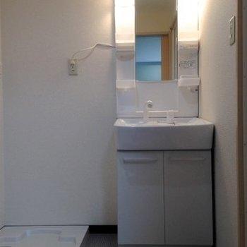 脱衣スペース。 (※写真は3階同間取り別部屋、清掃前のものです)