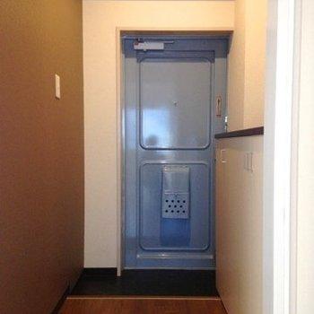 青の扉が可愛らしい玄関。 (※写真は3階同間取り別部屋、清掃前のものです)