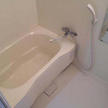 お風呂も十分な広さ。きれいです。 (※写真は3階同間取り別部屋、清掃前のものです)