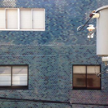 目の前は建物。眺望は期待できませんね。 (※写真は3階別部屋からの眺望です)