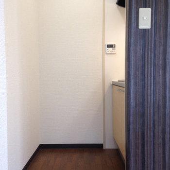 冷蔵庫を中に置くと動きづらくなるかもしれませんね。 (※写真は3階同間取り別部屋、清掃前のものです)