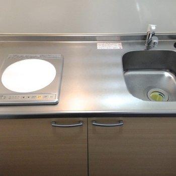 キッチンはIHのヒーターが一つだけ。 (※写真は3階同間取り別部屋、清掃前のものです)