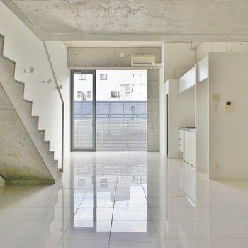 収納は階段下を有効に使いましょう(※写真は10階の同間取り別部屋のものです)