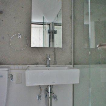 洗面台はシンプル(※写真は10階の同間取り別部屋の通電前のものです)