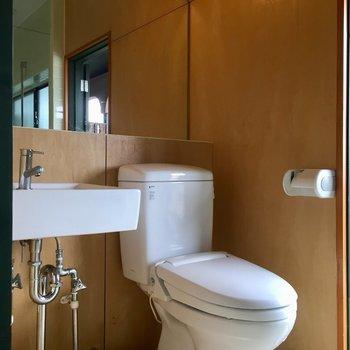 洗面台はシンプルに。トイレはウォシュレット付き。 (※写真は同タイプ別部屋のものです)
