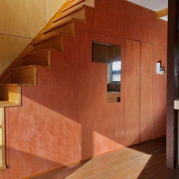 階段下への扉の中は、(※写真は同タイプ別部屋、清掃前のものです)