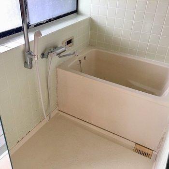 ガラス張りのバスルーム! (※写真は同タイプ別部屋のものです)