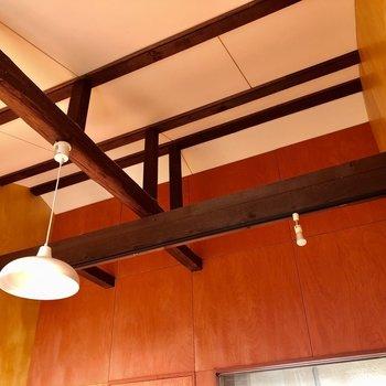 高い天井に走る梁がかっこいい!(※写真は同タイプ別部屋、清掃前のものです)