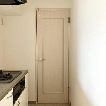 キッチン奥のこの扉からサニタリーへ