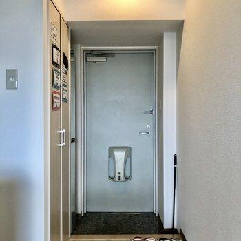 玄関床は黒色に